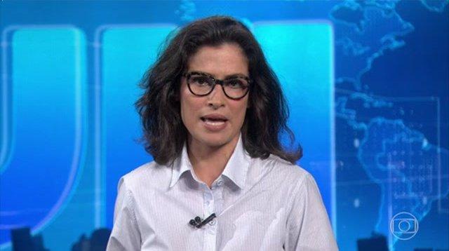 Renata Vasconcellos deixa blusa aberta durante Jornal